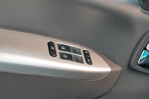 Автомобиль Валдай Next, кнопки на боковой панели двери